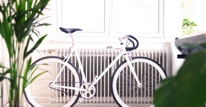 polkupyörä lämpöpatterin edessä