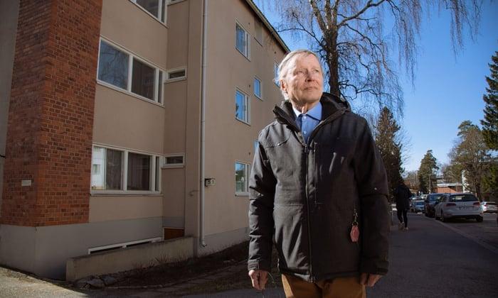 Taloyhtiön hallituksen puheenjohtaja Pauli Verkka Oskelantie 5:n edessä